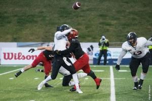 Jelani Pascoe #91 pressures Ravens QB Jesse MIlls Photo: Gryphons.ca